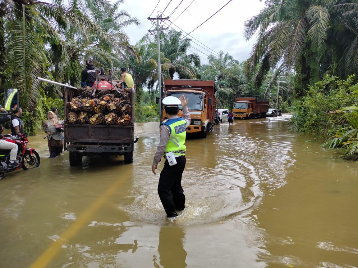 You are currently viewing Polisi Amankan Lalu Lintas di Ruas Jalan yang Terendam Banjir di Aceh Singkil